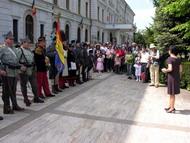 Grupul de reconstituire respectând ceremonialul  tradiţional de depunere de coroane de flori la monumentele eroilor